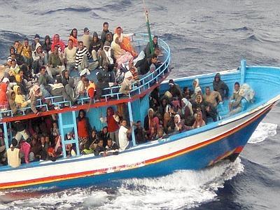 Sbarco di immigrati a Roccella Jonica Arrivano famiglie intere: 33 i bambini