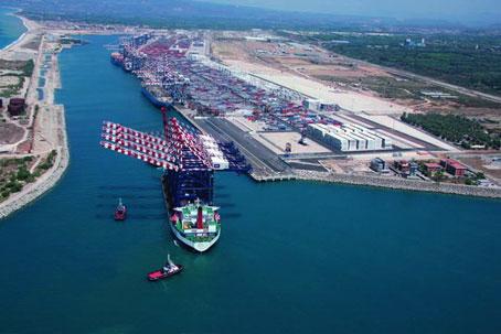 Il porto di Gioia Tauro prova a rilanciare le attività Niente tassa di ancoraggio e tagli alle spese