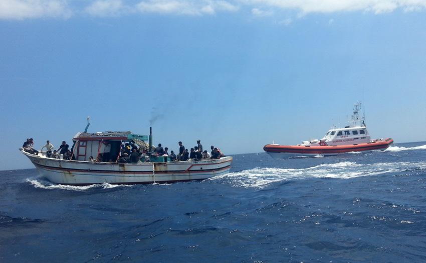 Individuato barcone di migranti al largo di Roccella A bordo un centinaio, tra di loro donne e bambini