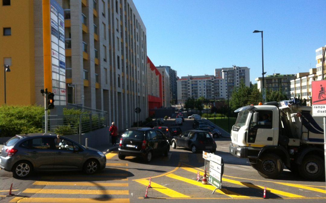 Il gran caos sulle strade di Poggio Tre Galli E adesso che aprono le scuole come si farà?