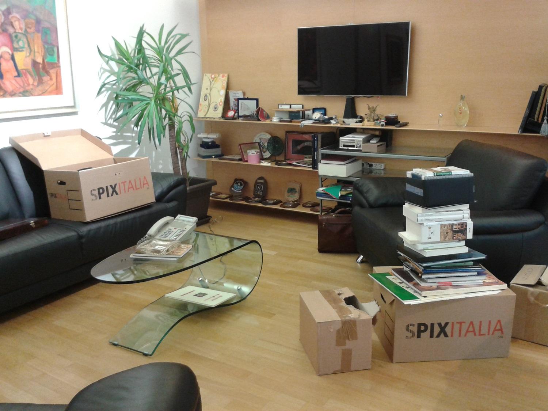 Vito De Filippo fa gli scatoloni Qualche oggetto personale e libri, tanti