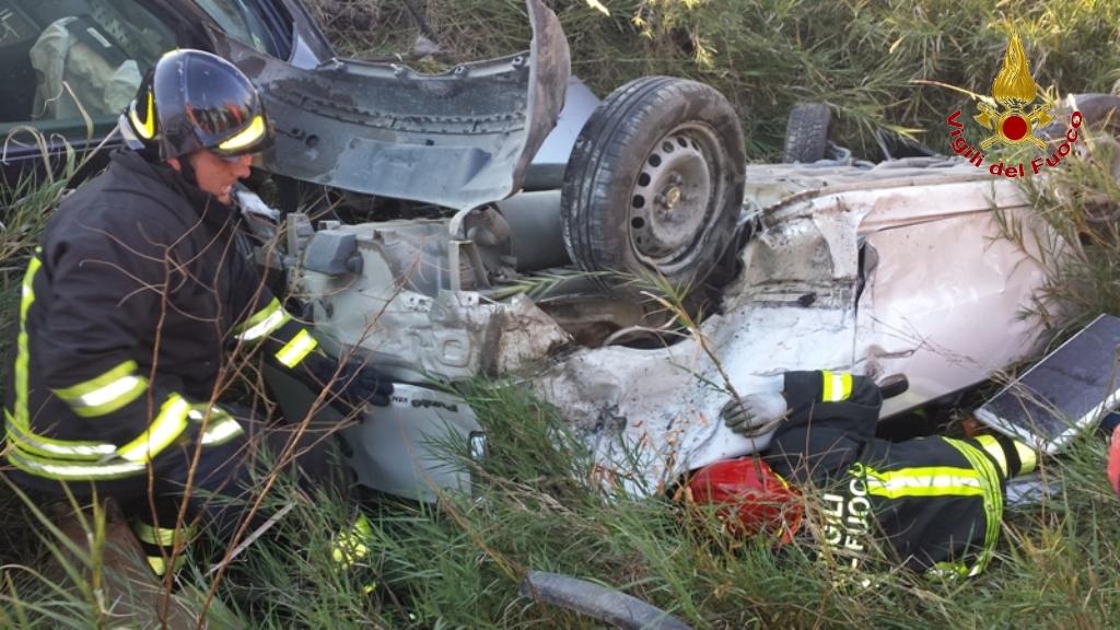 FOTO – Scontro tra due auto a Crotone I soccorsi dei vigili del fuoco