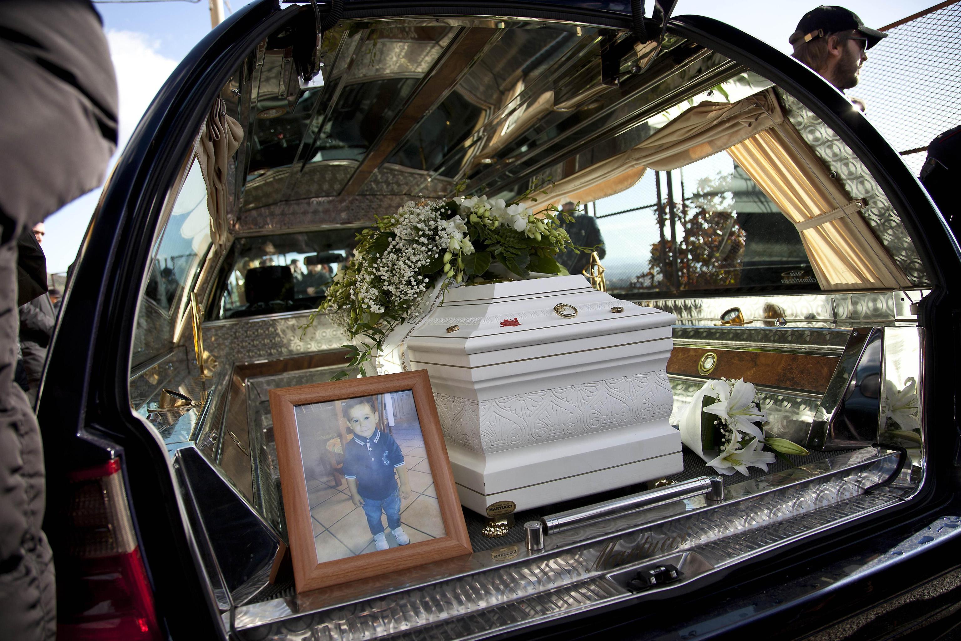 FOTO – Le lacrime della mamma e i fiori bianchi Le foto dei funerali di Cocò a Cassano