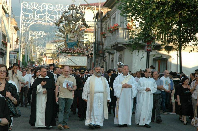 La statua della Madonna fa l'inchino al bossIl maresciallo dei carabinieri lascia la processione