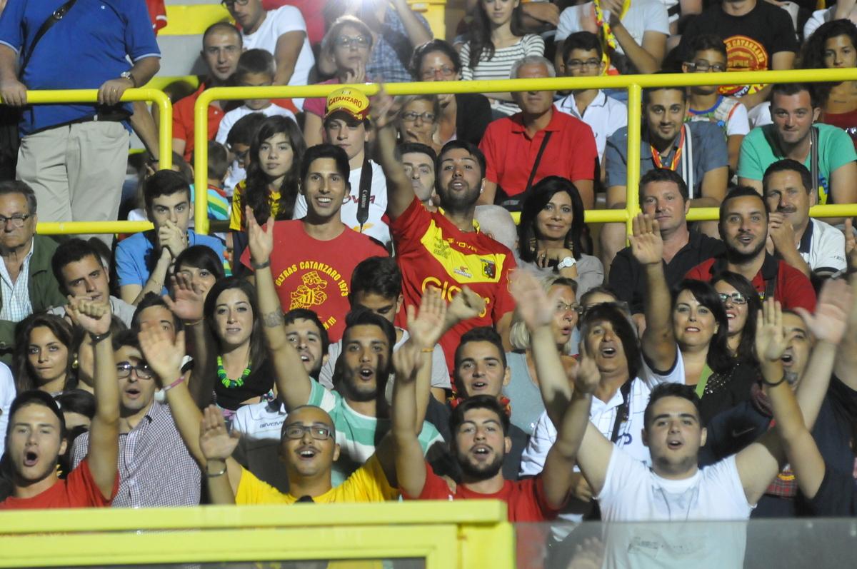 La festa del Catanzaro calcio allo stadio Presentata la squadra nel tripudio dei tifosi