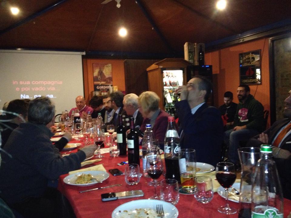 Cena di auguri per la giunta regionale Brindisi e karaoke in un locale di Pignola