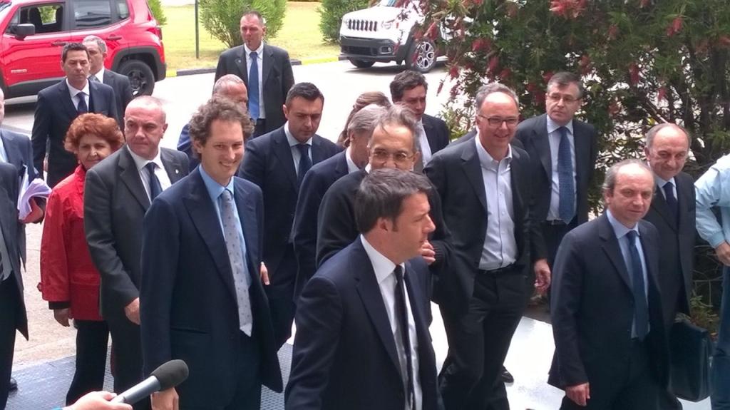 Matteo Renzi nello stabilimento FCA di Melfi La visita lampo per parlare (anche) di jobs act