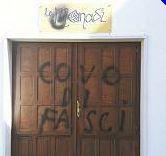 Atto di vandalismo contro Le Monadi Scritte sul portone dell''associazione