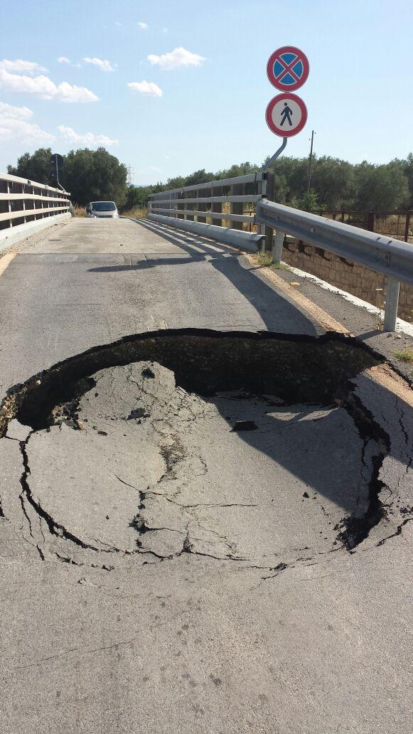 Chiuso ponte Craco-San Basilio Cede l'asfalto sulla rampa di ingresso