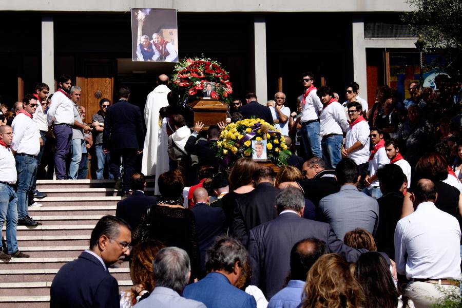 A Potenza la città sgomenta ai funerali di Tarullo e Gianfredi L'addio alle vittime dello scoppio del fucile e lutto cittadino