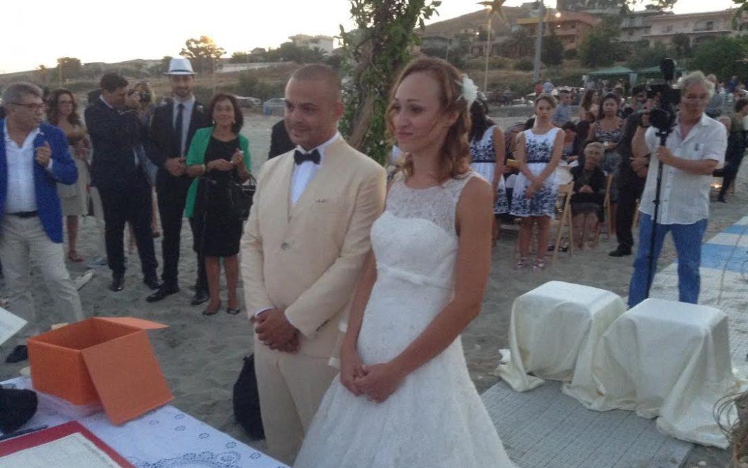 LE FOTO – Primo matrimonio civile sulla spiaggia E' stato celebrato a Ferruzzano, nel Reggino