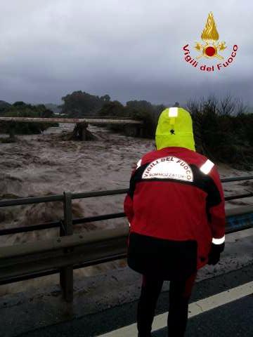 Calabria colpita dal maltempo, le immagini tra fiumi in piena, mareggiate, vento e pioggia