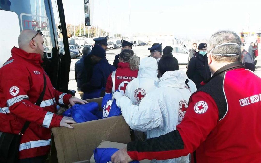 LE FOTO – Oltre duecento migranti arrivati stamattina al porto di Crotone