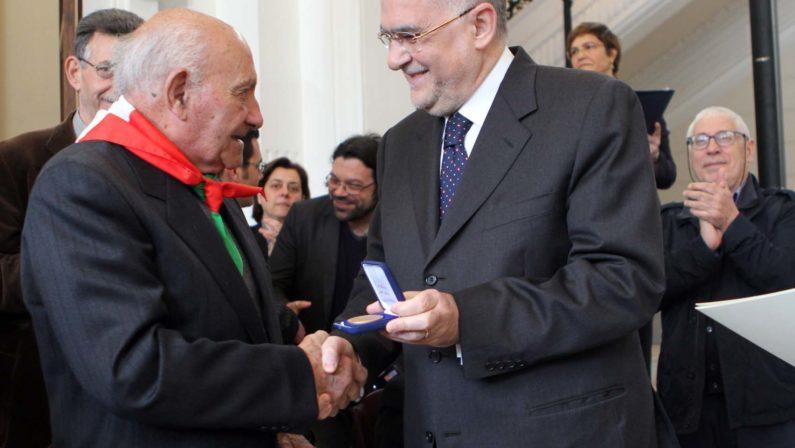 Tanta emozione a Reggio CalabriaLa corona e le medaglie ai partigiani
