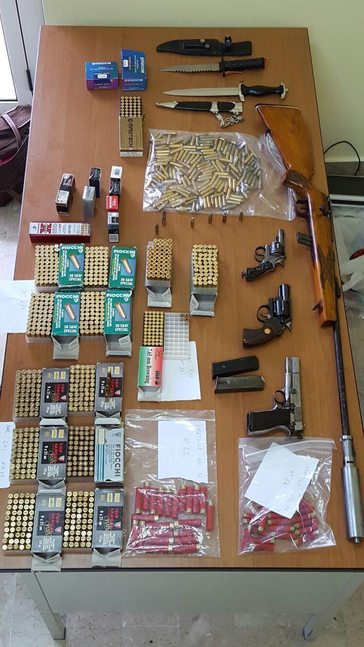 Arsenale a casa di una ottantenneCarabinieri scoprono armi e munizioni