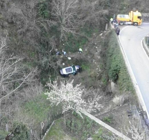Nel Cosentino in un incidente stradale l'auto finisce in un burrone