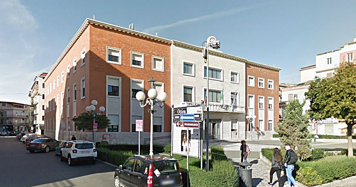 Allarme bomba davanti al Comune di Crotone, fermato un minorenne