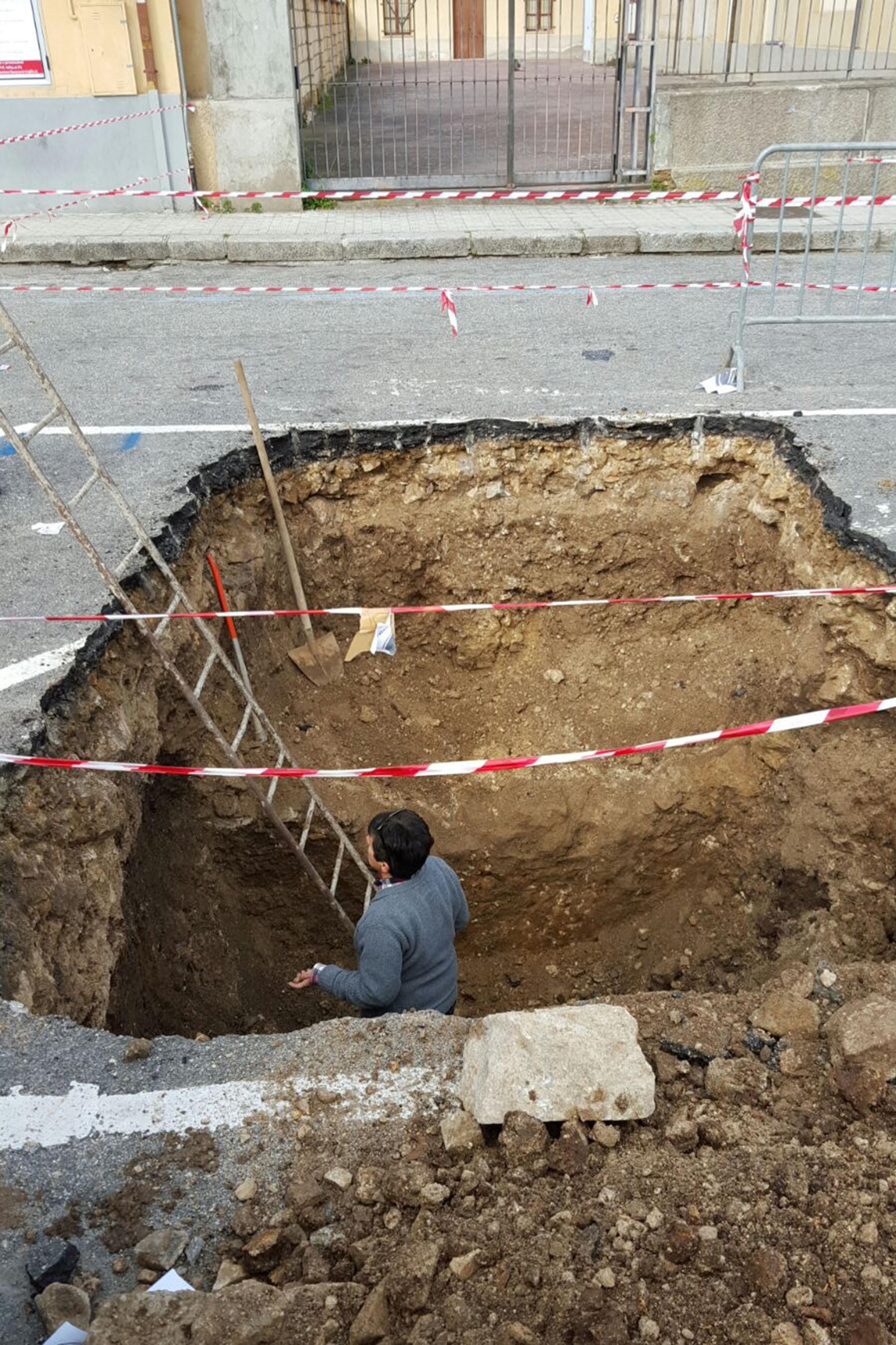 Antica cripta emerge nel centro di ViboScoperta archeologica durante alcuni lavori