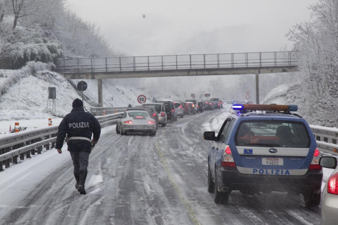 Lunghe code per verificare gomme da neve o cateneLa Protezione civile: «Era previsto soltanto vento forte»