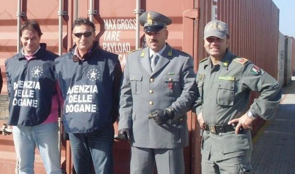 Container con giocattoli e vestiti di note aziendeMa erano tutti contraffatti: sequestro a Gioia Tauro