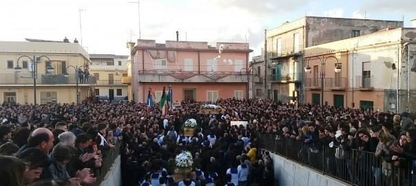 LE FOTO - Tanta gente a Gioia Tauroai funerali dei quattro giovani morti sulla A3