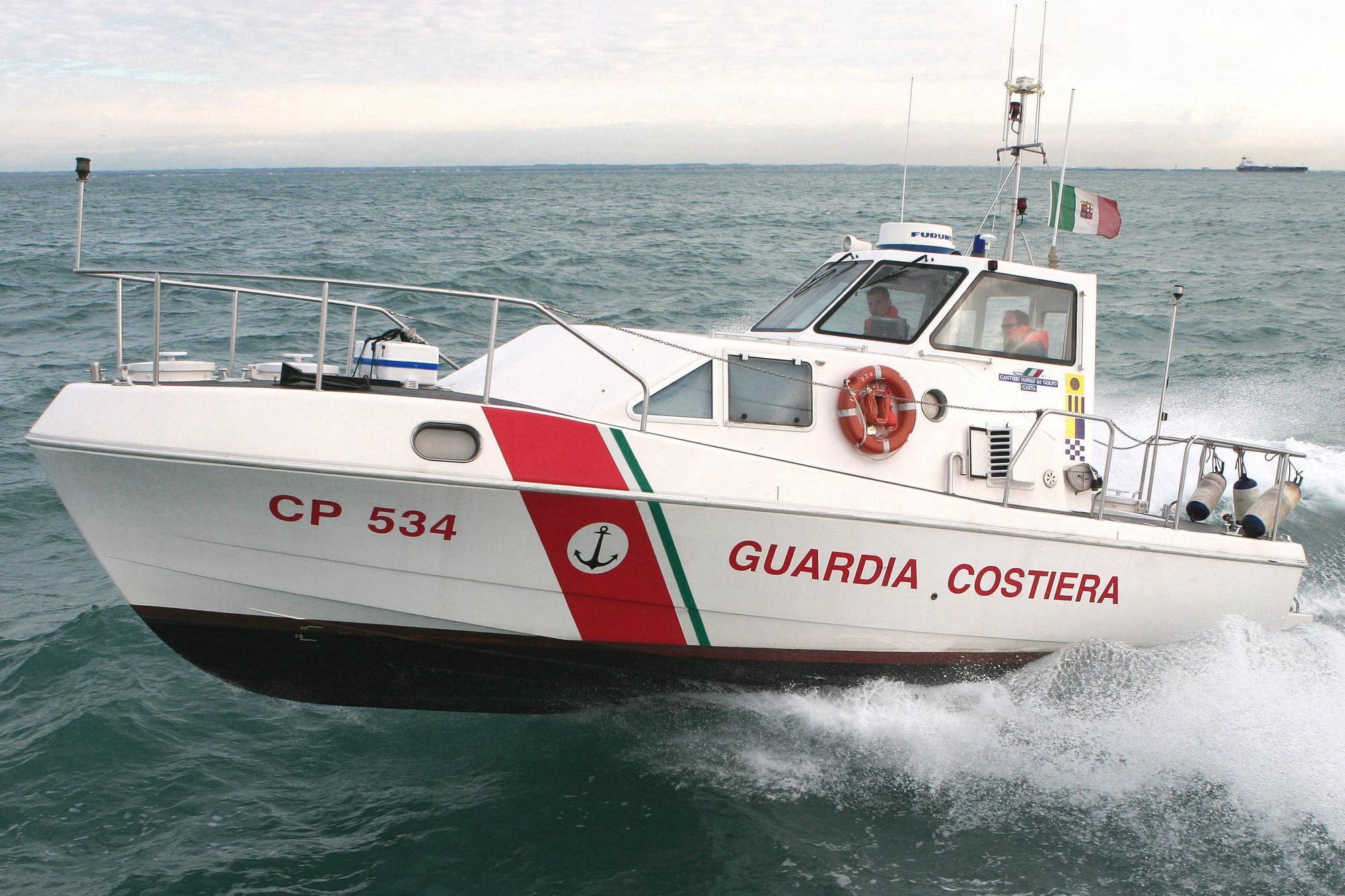 Barca a vela si scontra sugli scogli di Cetraro, una persona è dispersa. A Rossano soccorsi due surfisti