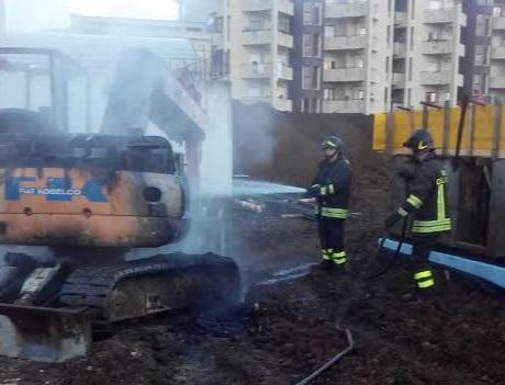 In fiamme l'escavatore della ditta che sta costruendo il Teatro di Vibo