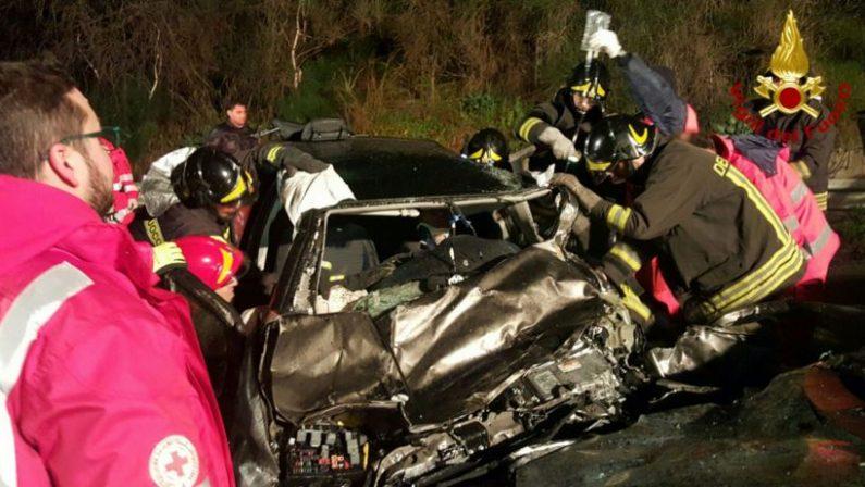 Violenta carambola tra quattro auto nel CrotoneseTre giovani feriti gravi sulla statale 106