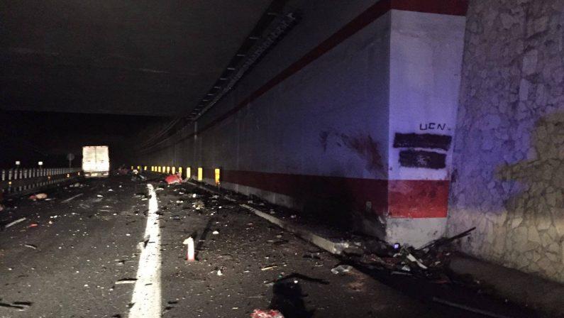 Strage di giovani in autostrada nel ViboneseLe foto del drammatico incidente con 4 morti
