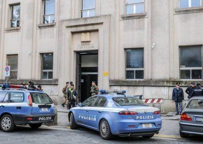 La polizia davanti al tribunale di Vibo Valentia.jpg