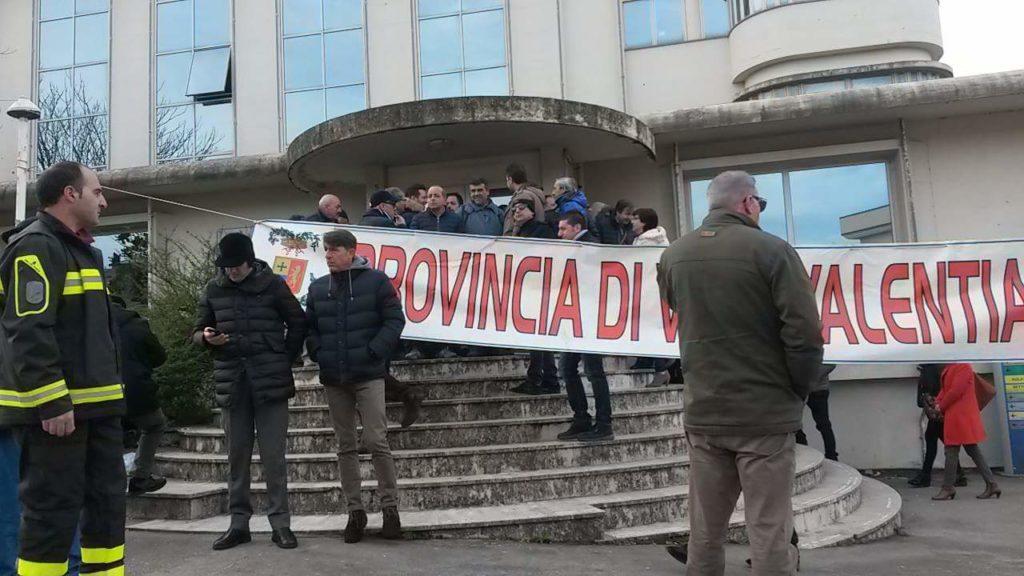 La lenta agonia delle Province, nuova protestaA Vibo i dipendenti chiudono le porte con catene