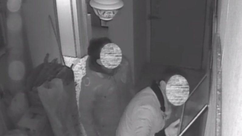 Provano a svaligiare la casa di due anzianiMa sono incastrati dalla videosorveglianza