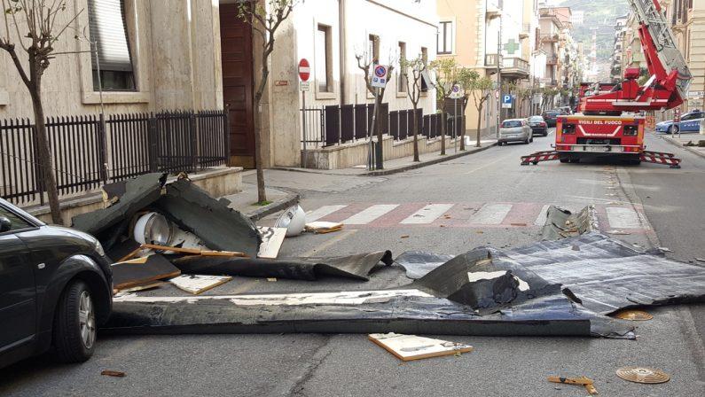 LE FOTO - Maltempo a Cosenza: distruttauna colonna di Sosno, crolla il tetto della Prefettura