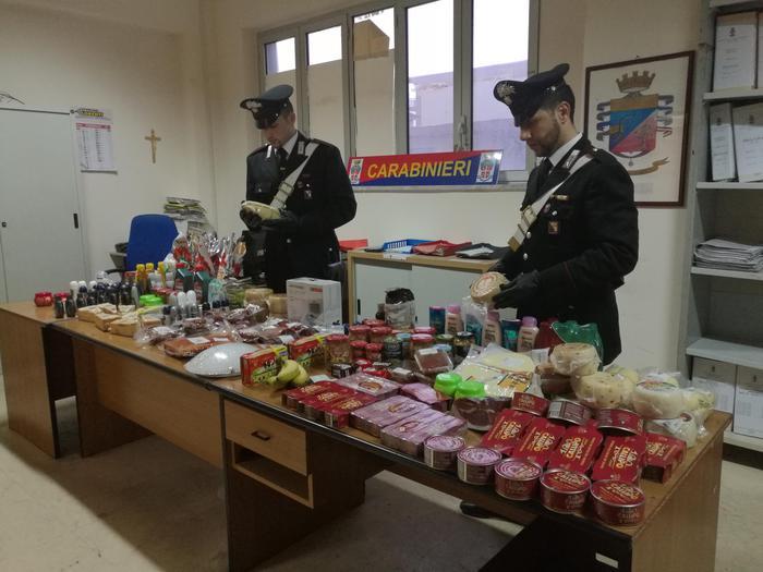 In 4 svaligiano negozi e supermercati a CrotoneBloccati dai carabinieri con merce per 5.000 euro