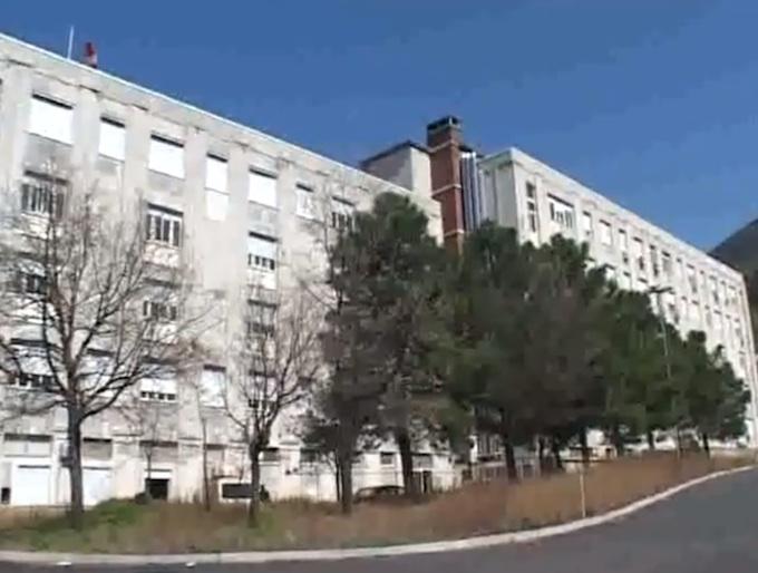 Sorpreso a lavare le seppie in un bagno dell'ospedaleL'Asp di Cosenza licenzia in tronco un medico