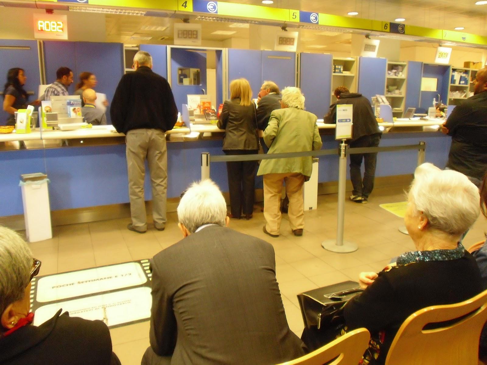 Si faceva pagare un euro per fare saltare la filain un ufficio postale del Reggino, denunciato