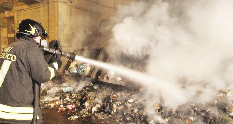 Impiegati di un Comune del Reggino sorpresia bruciare i rifiuti in un campo, quattro denunce