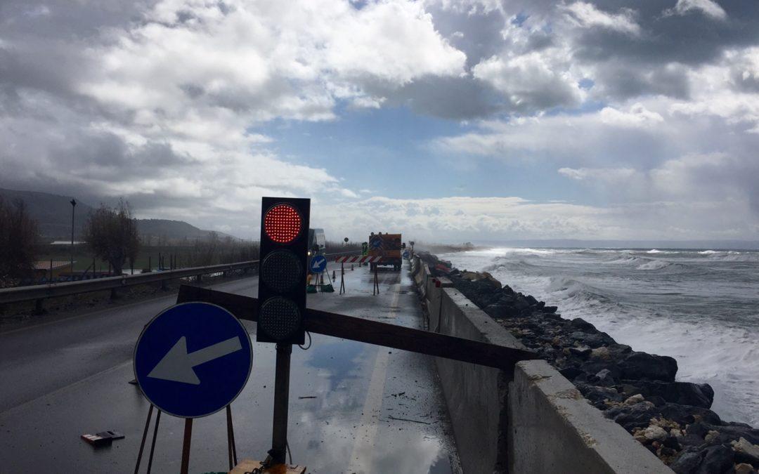 Chiusa la statale 18 in via precauzionale per le condizioni del mare