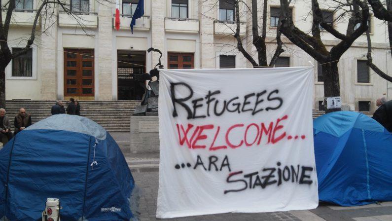 Protesta in tenda a favore dei rifugiatiSit in davanti la Prefettura di Cosenza