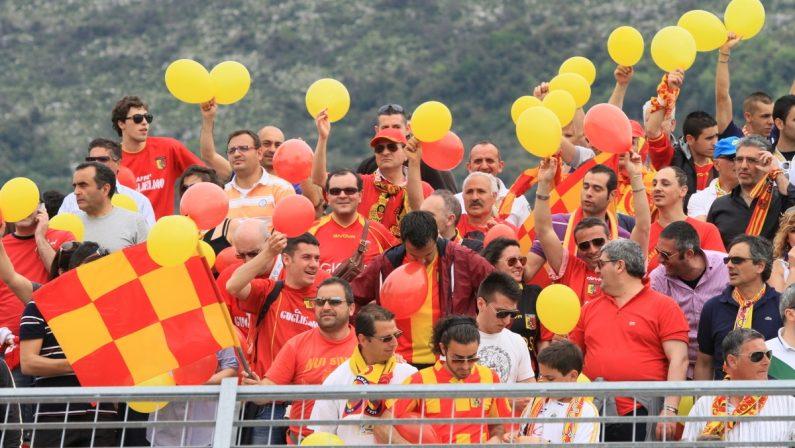 Aggressione ai giocatori del Catanzaro, scatta il Daspo per 19 tifosi giallorossi