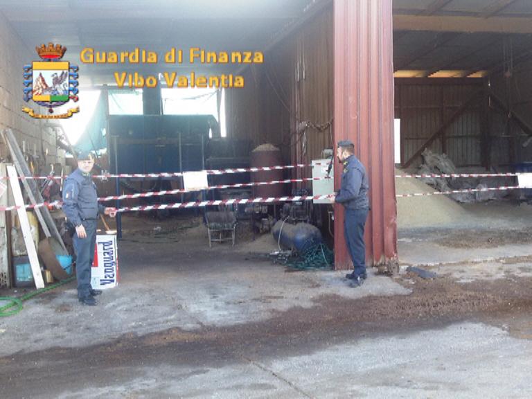 Stabilimento abusivo per la produzione di pelletSequestrati capannoni e rifiuti in provincia di Vibo