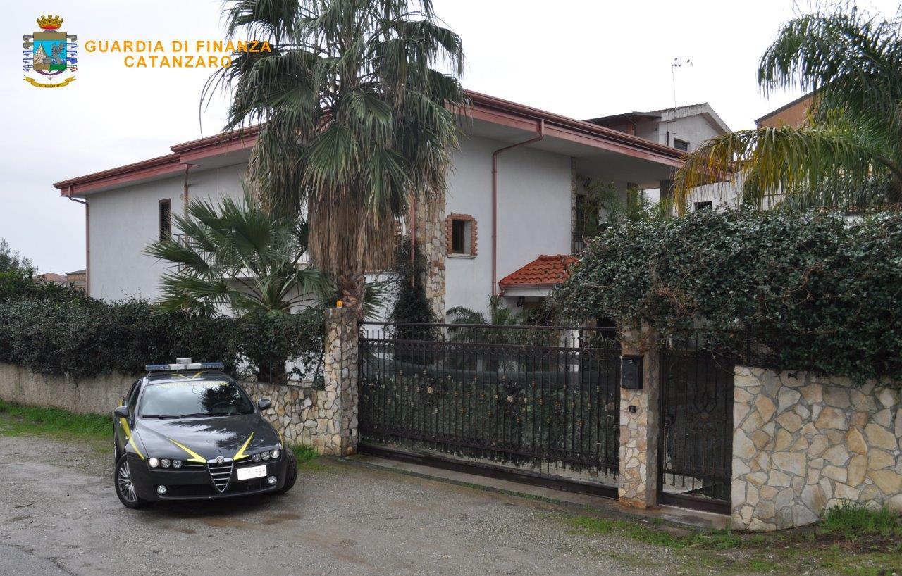 'Ndrangheta, sequestrato il patrimonio a presunto killerLa Finanza mette i sigilli a fondi e una villa a Lamezia