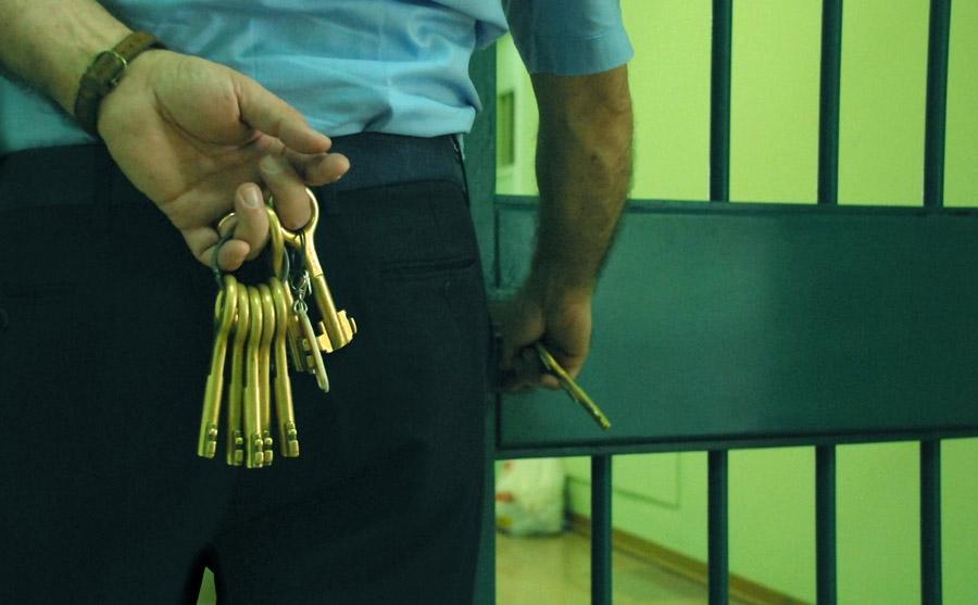 Corruzione e spaccio nel carcere di Viterbo, arrestato un agente del Potentino