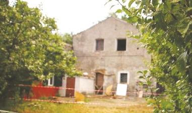 Crolla il solaio di una casa di campagna  Ferito il proprietario