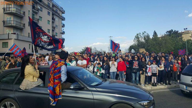 Premiazione e festa in grande a Crotone per la serie ADopo la gara con l'Entella, squadra sul bus aperto