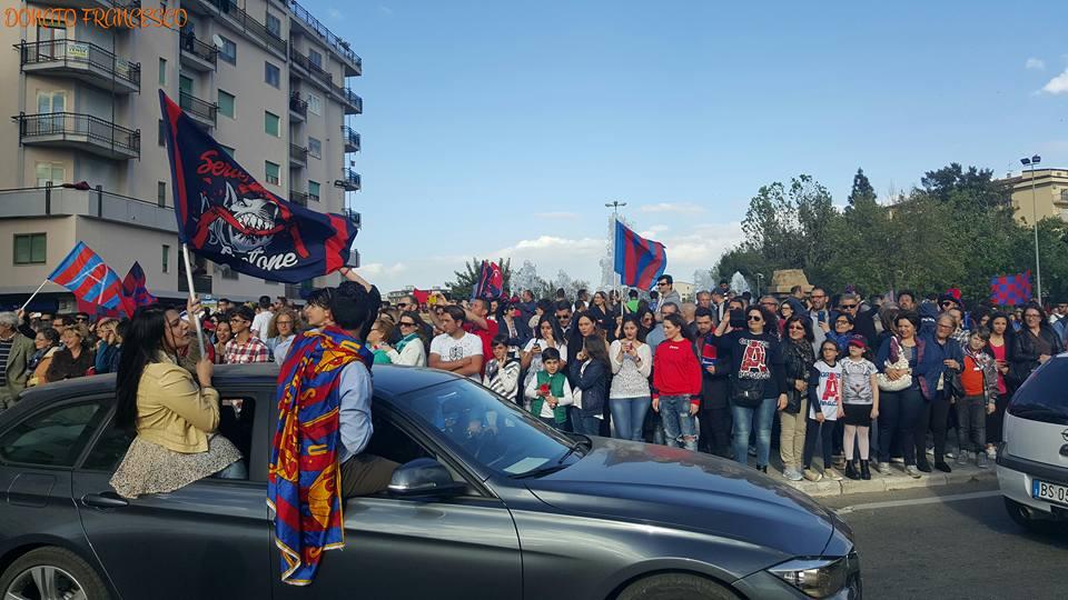 Premiazione e festa in grande a Crotone per la serie A  Dopo la gara con l'Entella, squadra sul bus aperto