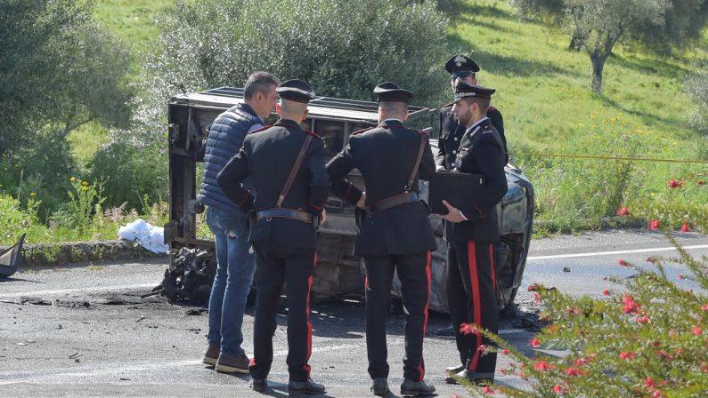 FOTO - Uomo si ribalta con la Moto Ape e muore carbonizzato nel Vibonese