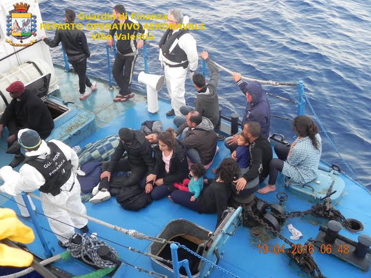 Arrestati quattro scafisti a Reggio CalabriaPer la prima volta c'è una donna