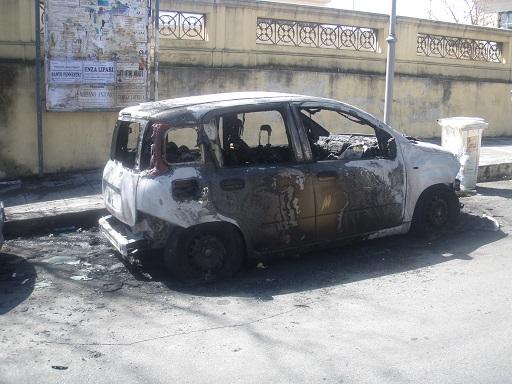 Incendiata l'autovettura della dirigente scolasticaRogo in pieno giorno vicino la scuola del Reggino