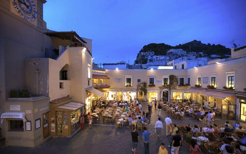 Capri, l'ordinanza del Comune: multe contro offerte petulanti su suolo pubblico